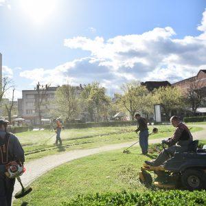 Почело кошење траве на подручју града