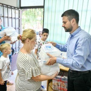 Уџбеници и прибор за дјецу из вишечланих и ромских породица