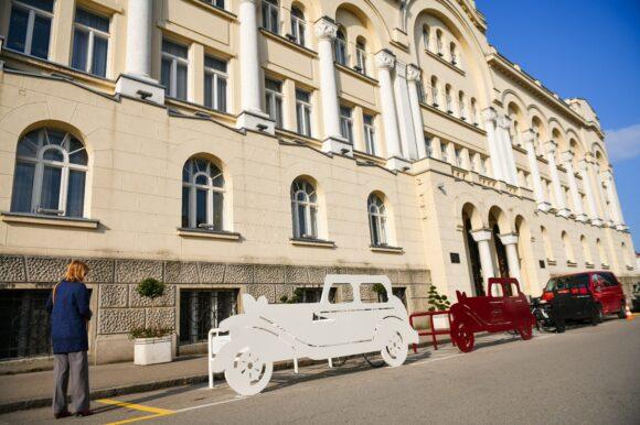 Inspirisani zlatnim dobom: Novi parkinzi za bicikle ispred Gradske uprave