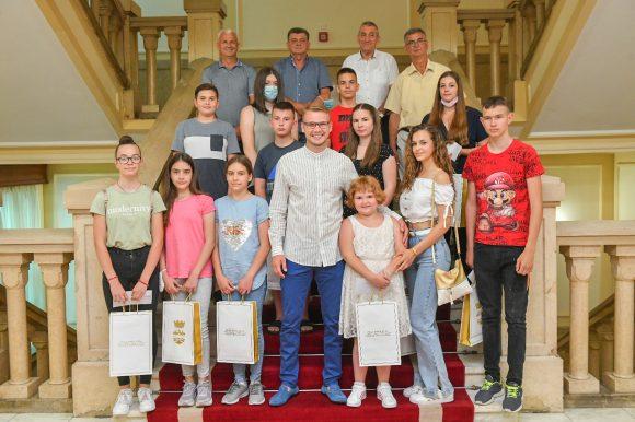 Пред пут у Бечиће: Градоначелник угостио дјецу ратних војних инвалида ВРС