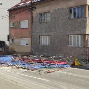 Инспекција на терену: Јак вјетар срушио скелу у Улици Васе Пелагића