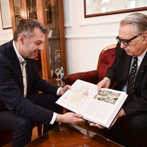 Градоначелнику уручен први том Енциклопедије РС