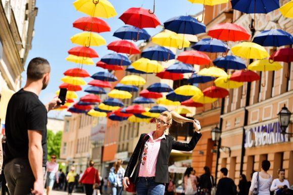 Разнобојни кишобрани уљепшали центар града