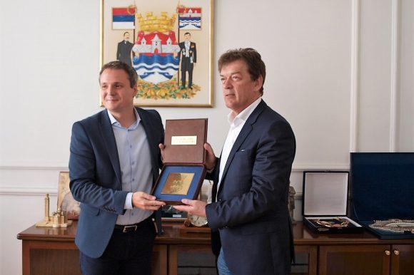 Уручен Златни грб Града Велимиру Петковићу