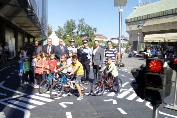 Na Trgu Krajine postavljen poligon za obuku najmlađih učesnika u saobraćaju
