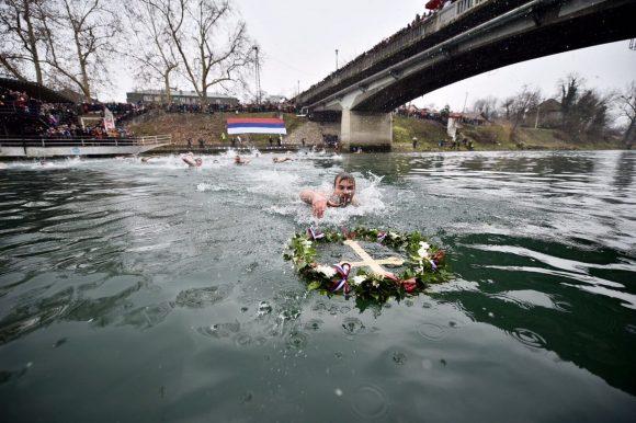 Срђан Јолић први допливао до крста на Врбасу