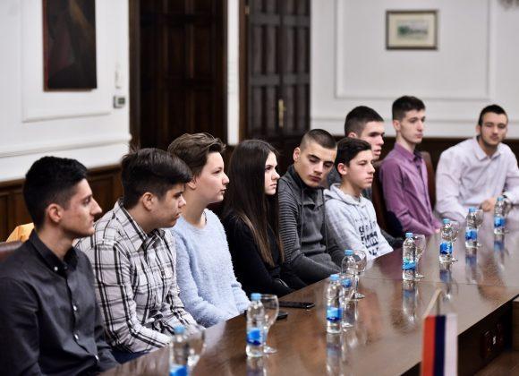 Za učenike uplaćene dvije stipendije (Foto sa dodjele prvih rješenja za učeničke stipendije)