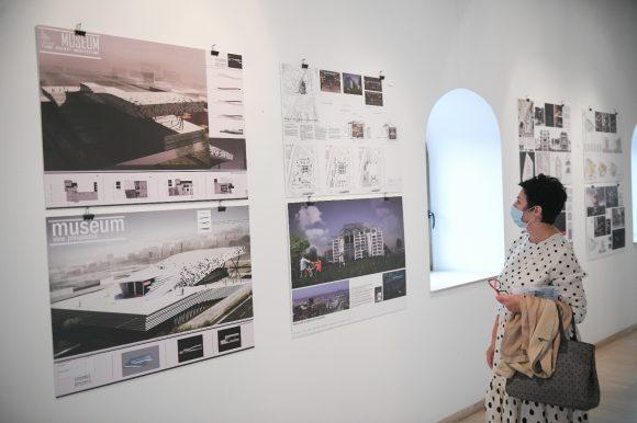 Стручно вођење кроз изложбу радова конкурса за мултифункционалну дворану